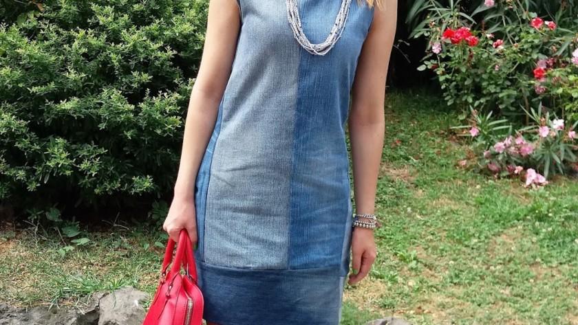 Vestito di ritagli di jeans