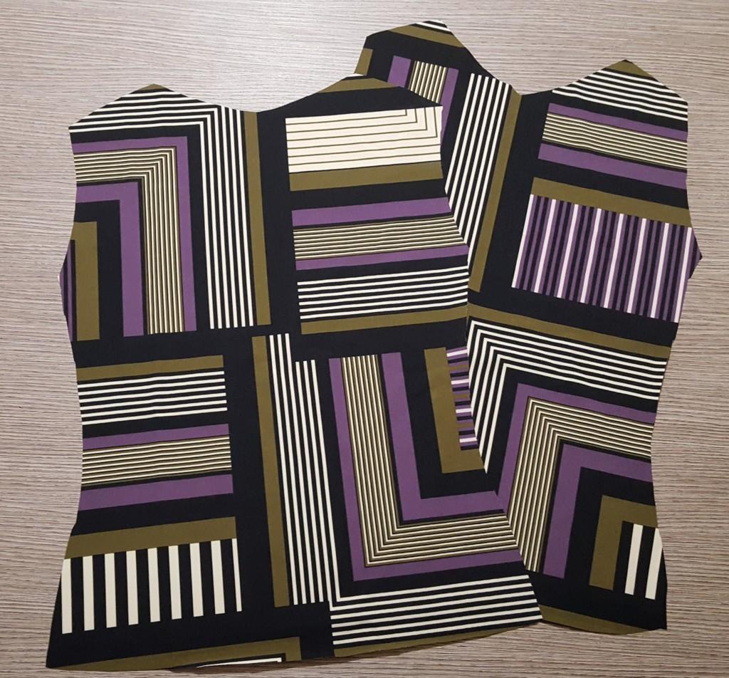 posiziono dritto contro dritto il fronte e il retro della maglia e cucio  insieme prima la parte delle spalle e poi i laterali con il punto dritto  della ... 9971ce065ea2