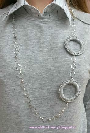Collana con catena, perle e anelli rivestiti all'uncinetto