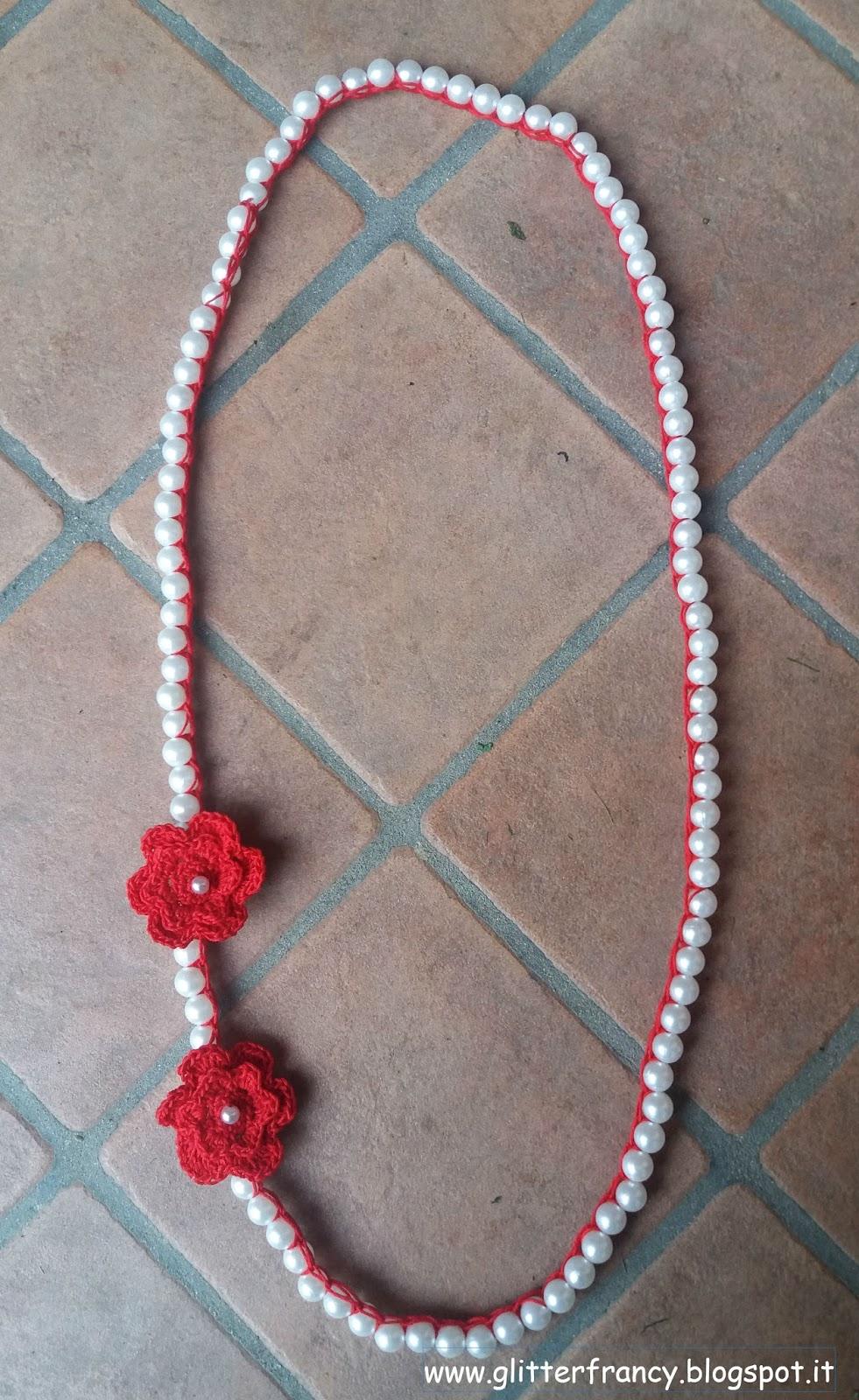 Collana con perle e fiori all'uncinetto